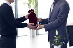 Cabinet ARDOUREL & MATHONIER - Cadeaux de Noël à vos clients : les exonérations fiscales possibles